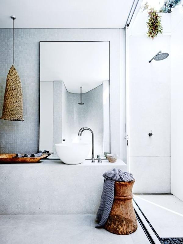 Baños con ducha y decoración natural