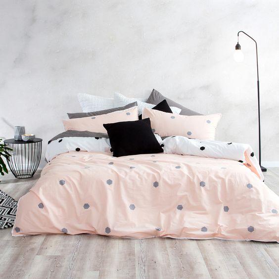 Dormitorio de estilo nórdico colcha topos
