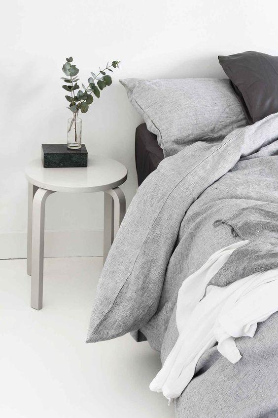 Redecorar dormitorio de estilo nórdico taburete junto a la cama