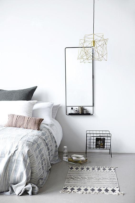 Dormitorio con estilo nórdico lámpara geométrica