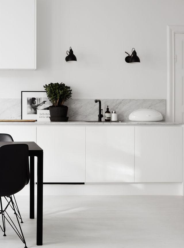 Errores al decorar una cocina mármol blanco