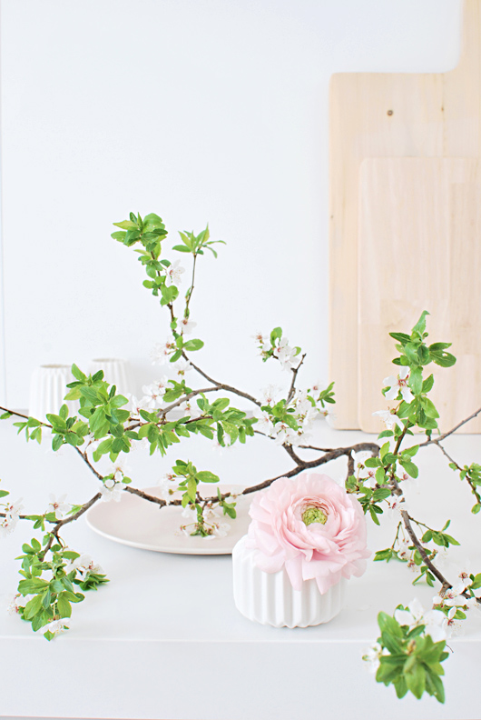Mesa primaveral con inspiración nórdica y ramas