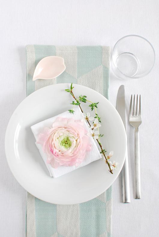 Decorar una mesa primaveral con inspiración nórdica peonía