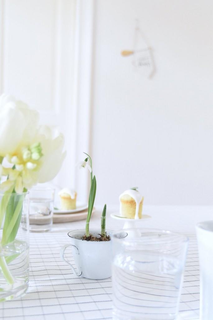 mesa primaveral con inspiración nórdica y bulbos