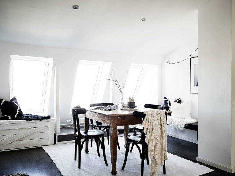 suelos oscuros y alfombra blanca