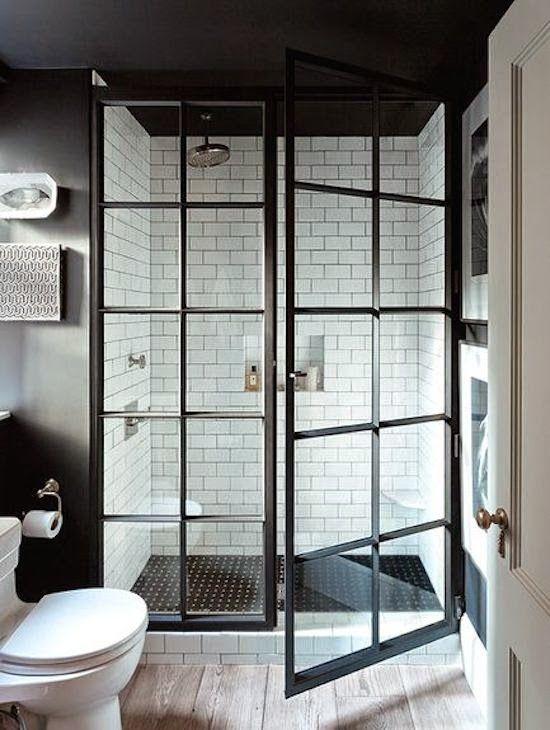 Puertas y paredes de cristal en el baño