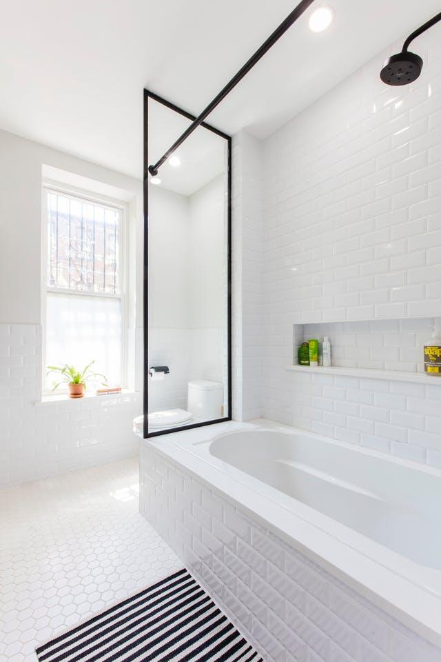 Un baño luminoso y actual con detalles en negro