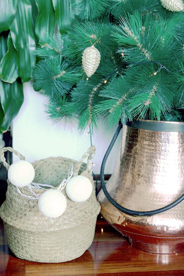 Navidad dorada y gris con detalles naturales