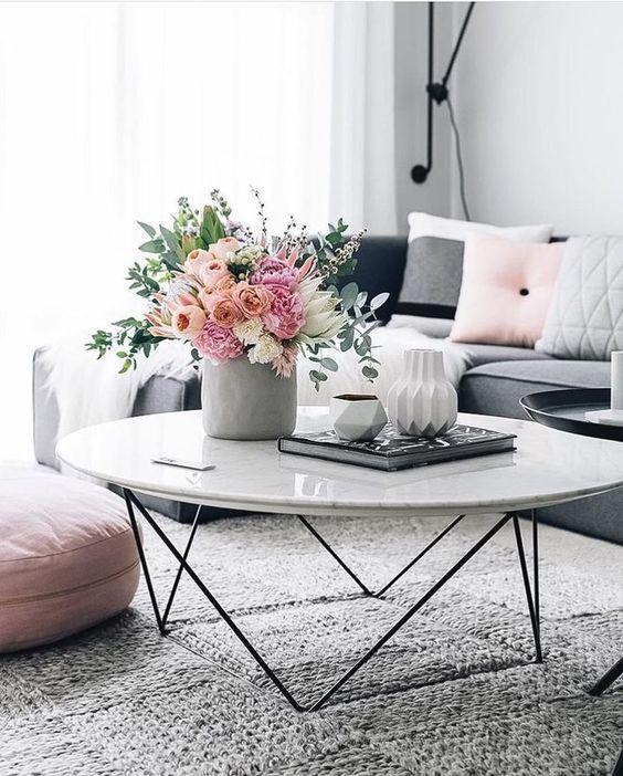 decorar la mesa de café con flores