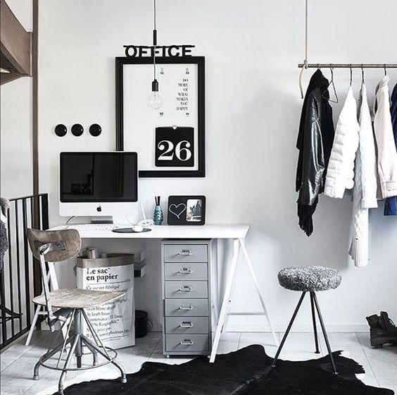 Integrar una zona de trabajo en un dormitorio en blanco y negro