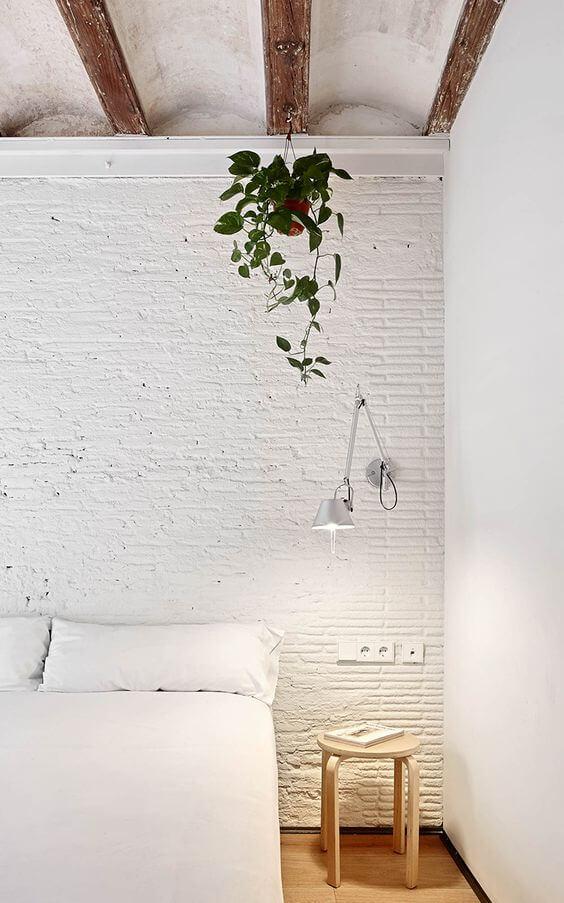 Camas sin cabecero sobre pared con textura