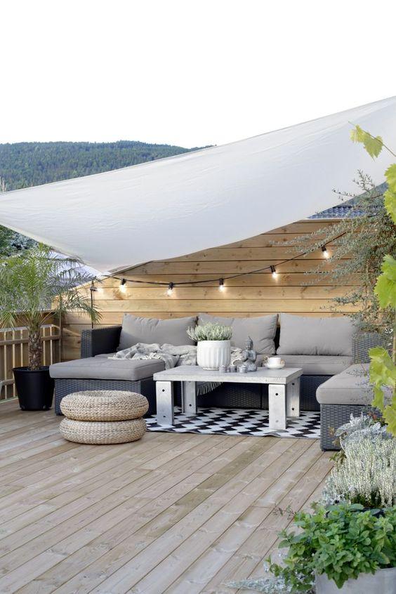 decorar una terraza con estilo nórdico y sofá