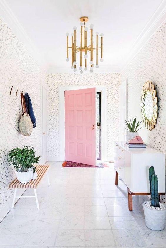 Recibidor de estilo nórdico y puerta rosa