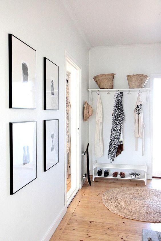 Recibidor de estilo nórdico con galería en la pared