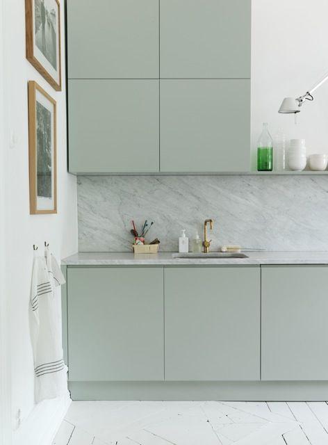 Sage green en cocinas