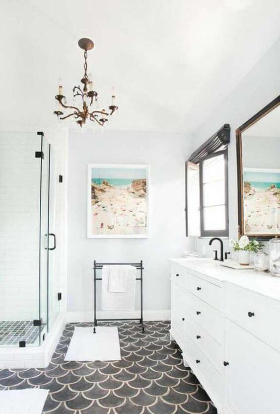 azulejos escama en suelos de baño