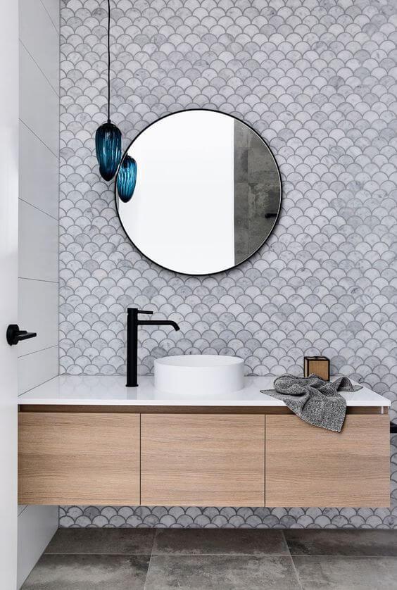 azulejos escama en pared baño