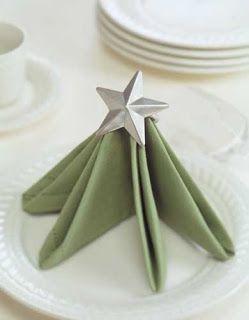 servilletas en la mesa de Navidad con forma de abeto