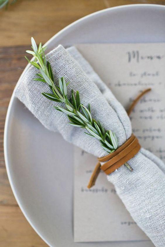 colocar servilletas en la mesa de Navidad