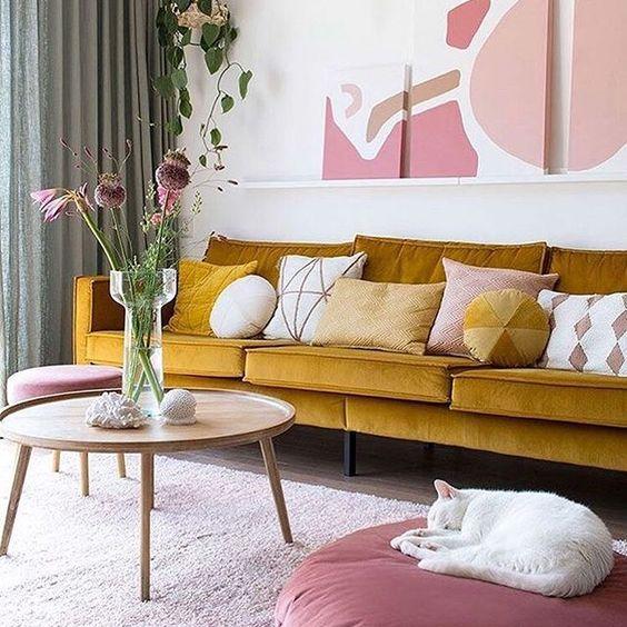 mostaza y rosa en un salón