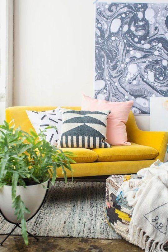 mostaza y rosa en el sofá