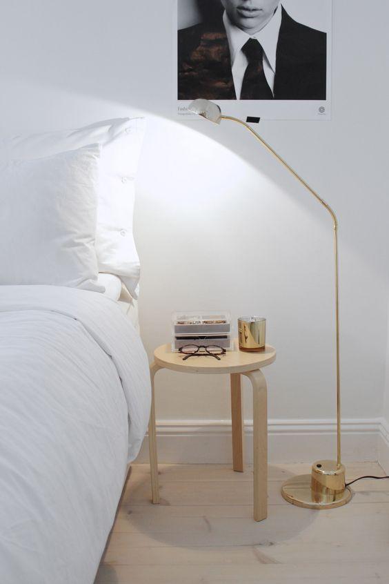 taburete Frosta de Ikea junto a la cama