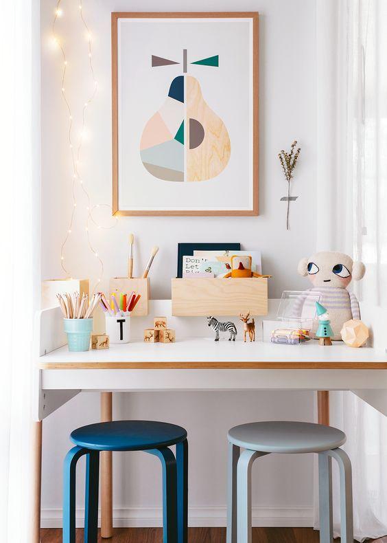 Taburete Frosta de Ikea en el escritorio
