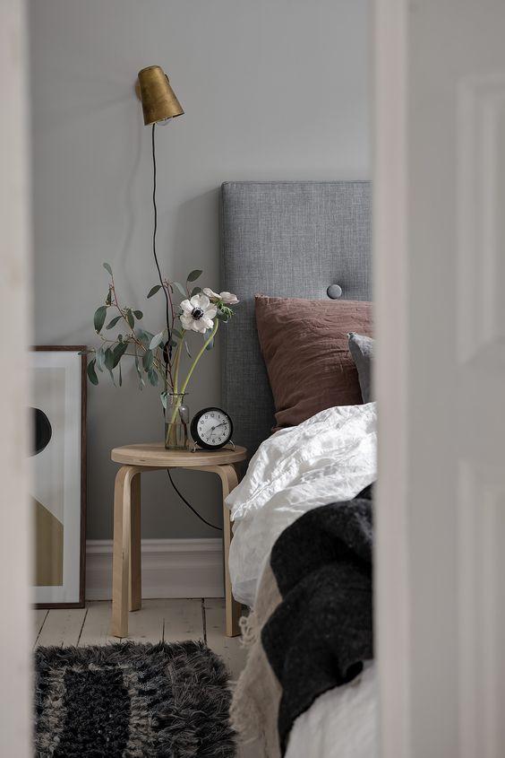 taburete Frosta de Ikea en el dormitorio