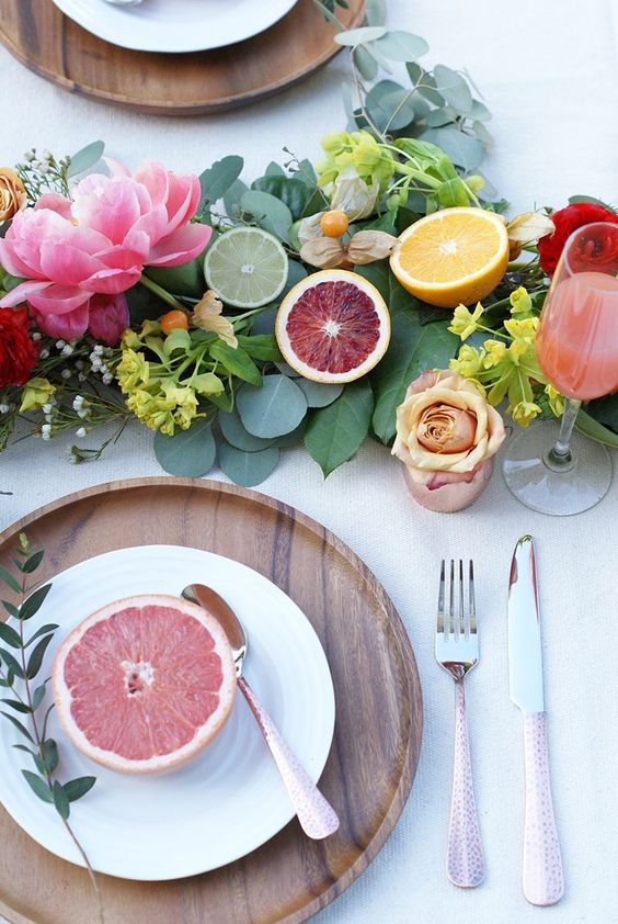 mesas de verano con flores y frutas