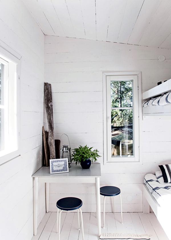 blanco y negro para el verano en una cabaña escandinava