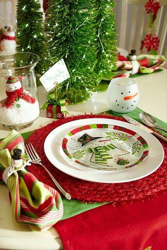decorar mesa de navidad en rojo y verde