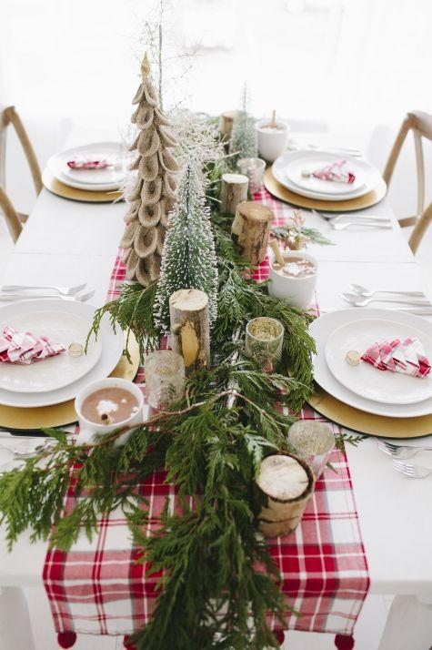 decorar una mesa de navidad en rojo y verde