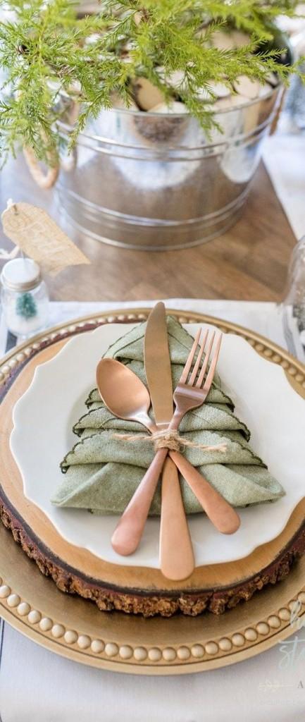 colocar servilletas en la mesa navideña