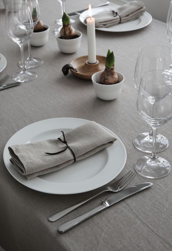 colocar las servilletas en la mesa navideña